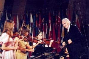 El Maestro Menuhin (a la derecha de la foto), precursor del sistema de educación a través de las artes para la integración cultural.