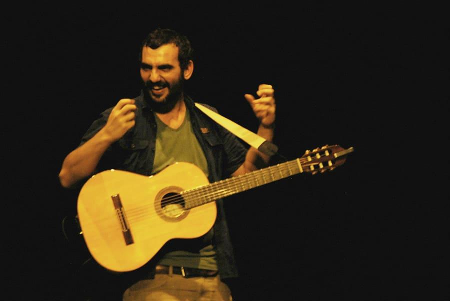 Julián Bozzo, artista MUS-E, en uno de sus talleres musicales