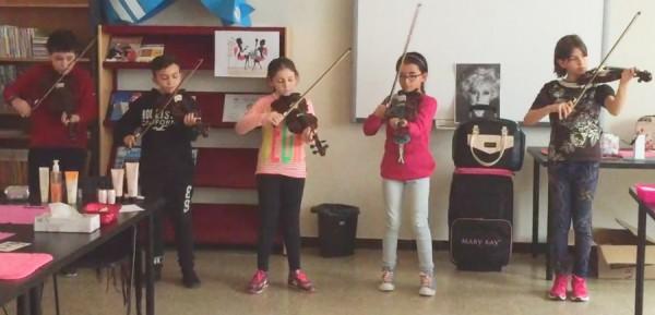 Violines por la paz sonando en la Escola El Prat de Llobregat 1