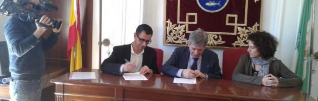 Miguel Molina, Enrique Barón y Anabel Domínguez en la firma del convenico con el Ayuntamiento de Barbate