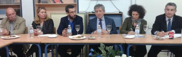 Reunión de presentación del MUS-E en La Línea de la Concepción. Enrique Barón (en el centro, con chaqueta azul), Presidente de la FYME.