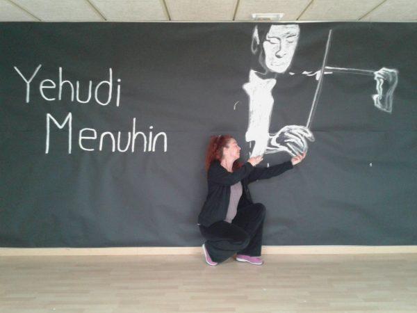 Llum Baraldés, artista MUS-E, representando un Violín por la Paz en la Escola Concepción Arenal de Barcelona.