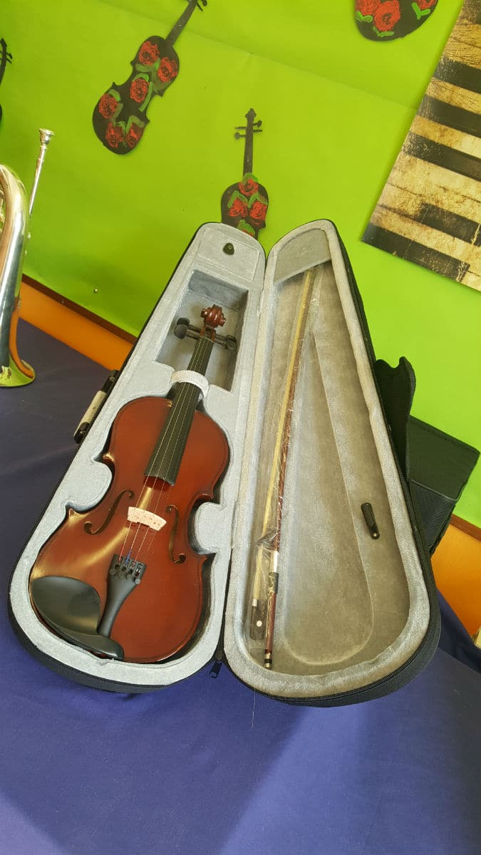 Violín donado por Consolat de Mar a la Escola Cal Maiol