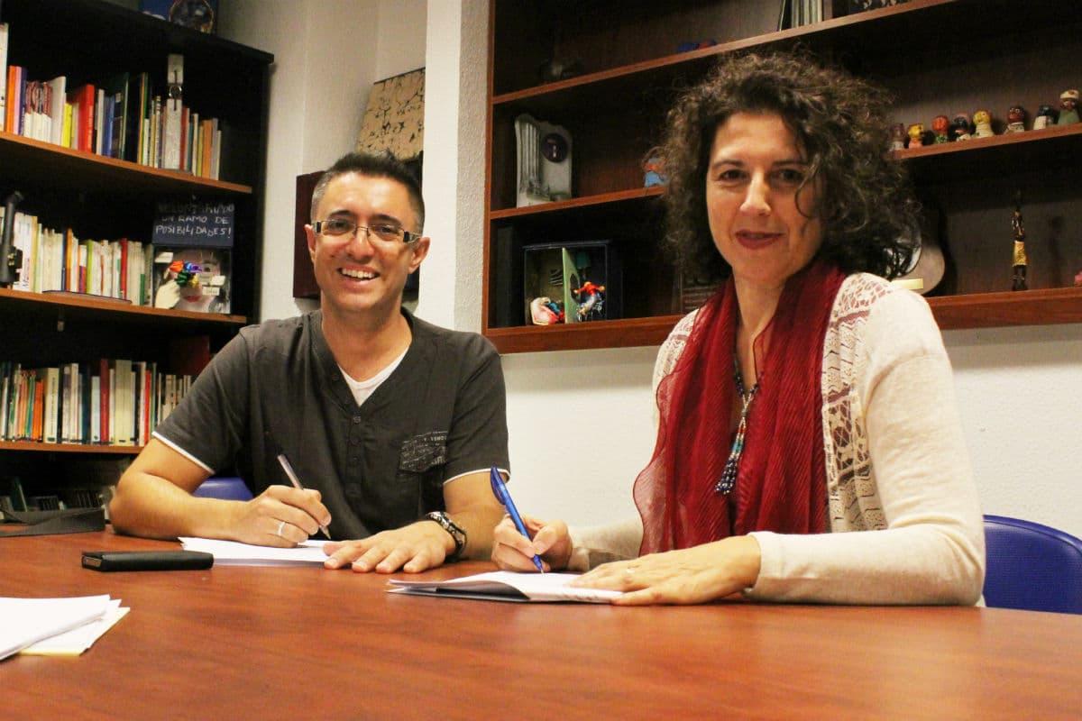 Héctor García (Cineduca) y Anabel Domínguez (FYME), durante la firma del convenio de colaboración.