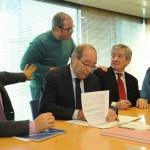 Manuel Robles, Alcalde de Fuenlabrada, firmando el convenio para Escuela de Familias