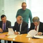 Firma del convenio para el Proyecto Escuela de Familias Erasmus+ entre Manuel Robles y Enrique Barón