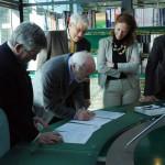 Firma del convenio de donación del cuadro Germaine Tillion, de Sofía Gandarias, en el Museo de la Resistencia.