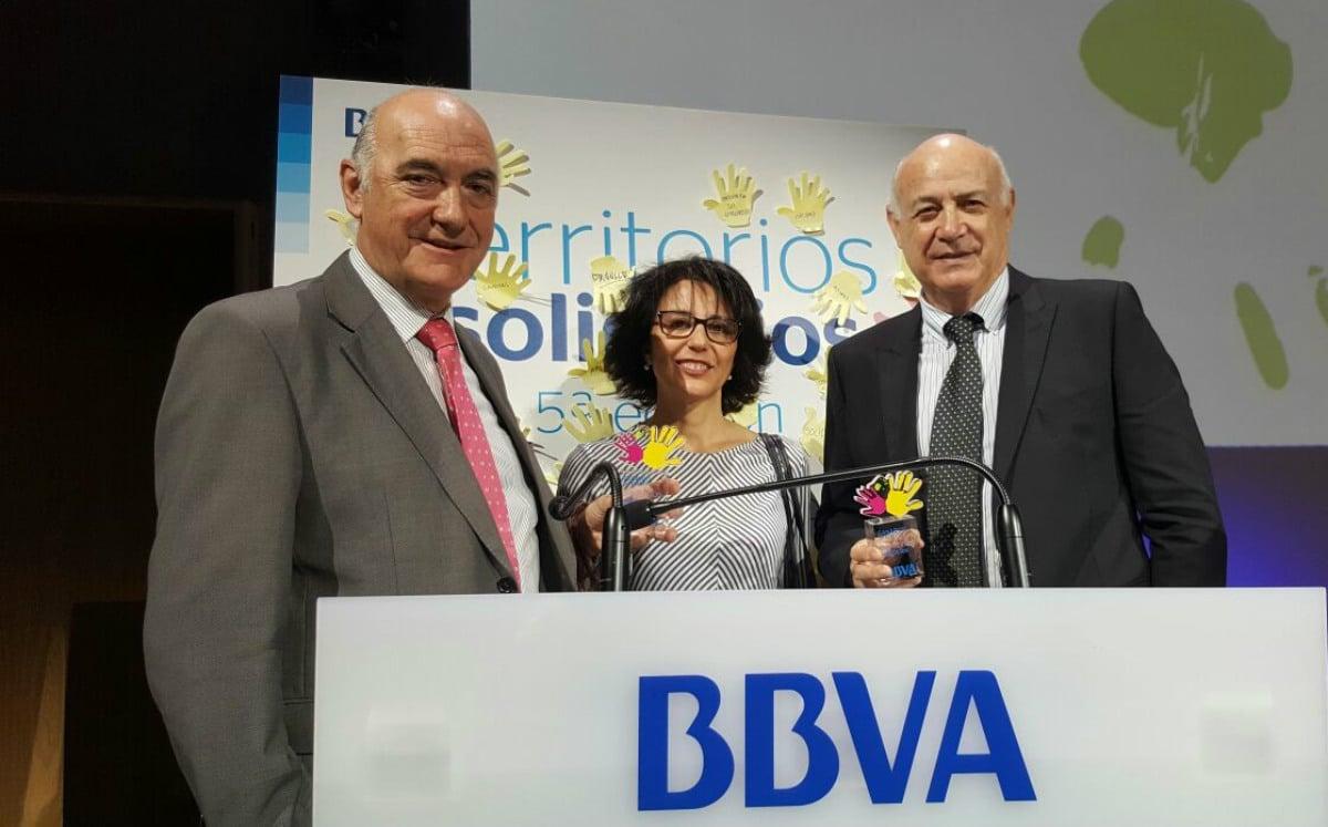 Pedro Luis Bru (izda.) y Mª José Domínguez, representantes de la FYME, con Vicente Ballesteros, padrino del proyecto Integr-Arte en Territorios Solidarios.
