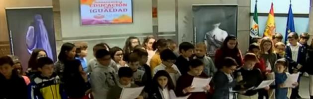 Escolares en la inauguración de las 'Jornadas sobre violencia de género. La importancia de la educación', en Extremadura