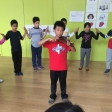 Violín por la Paz y danza judía en la Escola Milà i Fontanals de Barcelona.