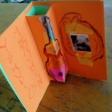 Violines por la Paz diseñados por los alumnas y alumnos de Alma Gámez, artista MUS-E