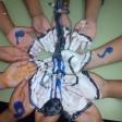 Alumnos y alumnas del CEIP Andrés Manjón de Ceuta componen con sus manos un Violín por la Paz