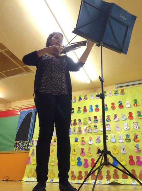 Queralt, interpretando una pieza de violín como homenaje a Yehudi Menuhin.