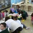 Niñas y niños de 1º, 2º y 3º de Primaria pintando el Violín de Yehudi, utilizando la Magia de los Colores. CEIP Adolfo de Castro, de Cádiz. Enviado por Beatriz Jurado.