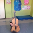 Fotografías de los niños y niñas de 3º A y 3º B del CEIP Miguel Hernández de San Fernando de Henares con su Violín por la Paz gigante. Enviadas por Rosa Castillo.