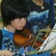 Violinista infantil en el homenaje a Menuhin por su centenario en el Día MUS-E de Castilla-La Mancha 2016, en el CEIP San Ildefonso de Talavera.