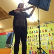 Queralt, interpretando una pieza de violín como homenaje a Yehudi Menuhin