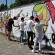 Alumnos de EPV de 4º de ESO dando los últimos toques al Mural sobre el MUS-E. IES Antonio Domínguez Ortiz, de Sevilla. Enviado por Beatriz Jurado.